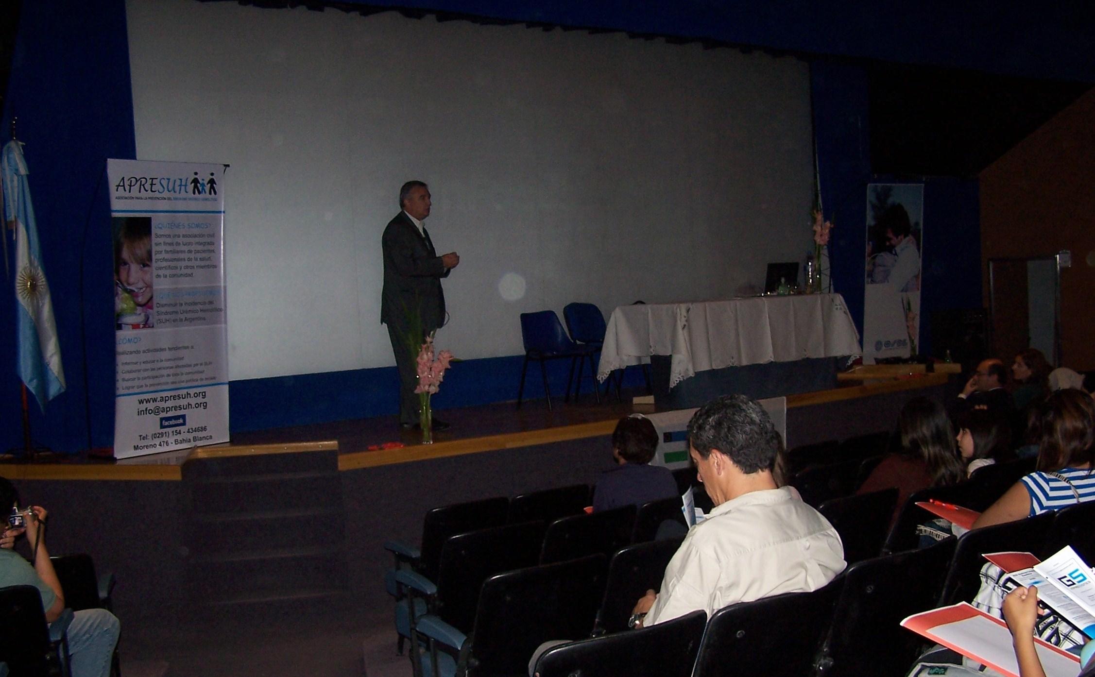 Miguel Ángel Caracciolo (Presidente de APRESUH), disertando en Viedma (Pcia. de Río Negro)